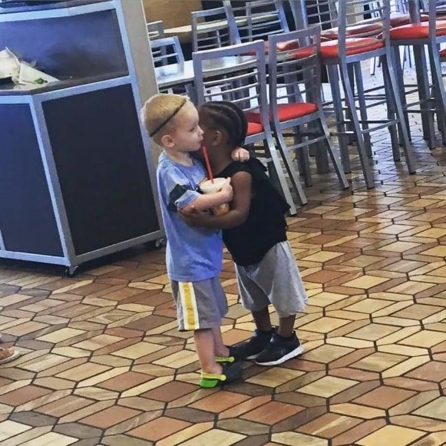 niños abrazo