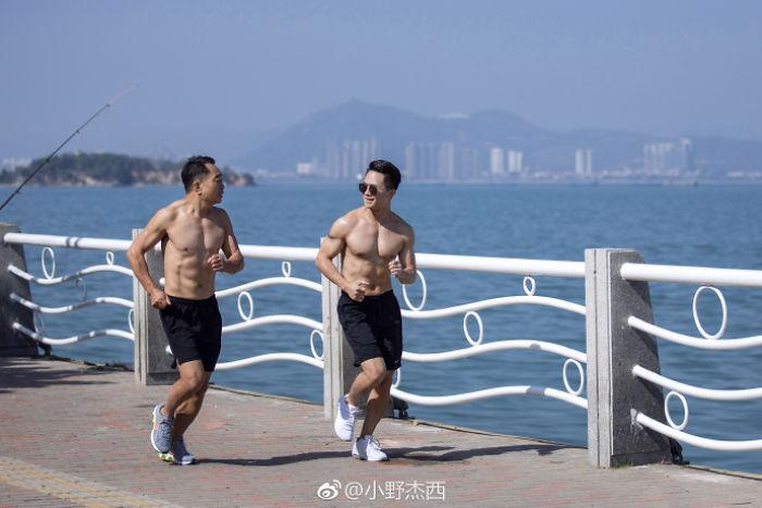 papá e hijo corriendo