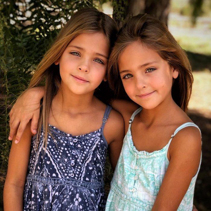 gemelas abrazadas