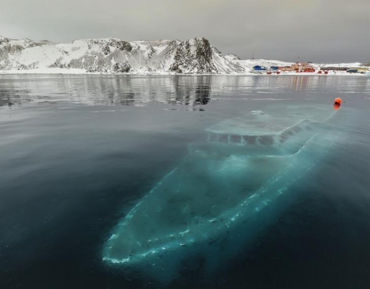 barco bajo el hielo