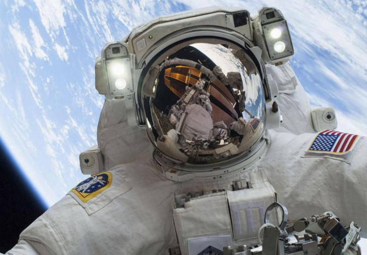astronauta con la tierra de fondo