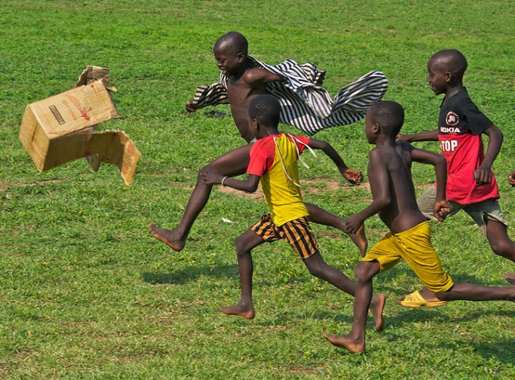 niños jugando tras un caja
