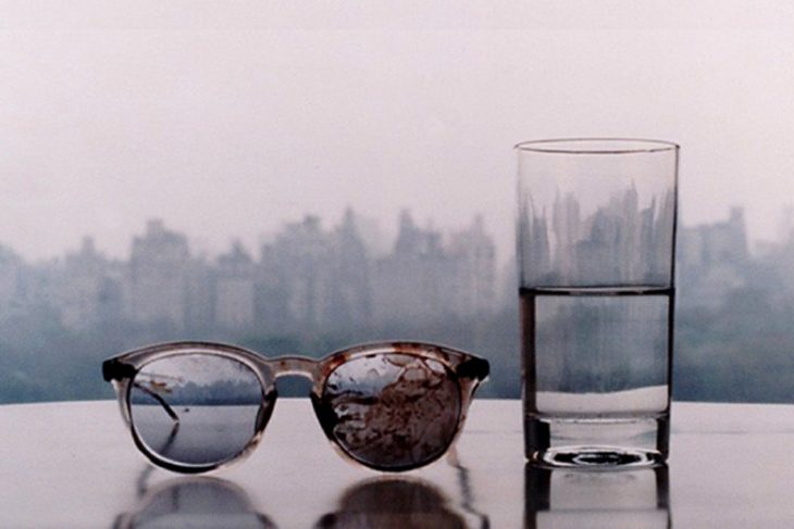 lentes y vaso de agua