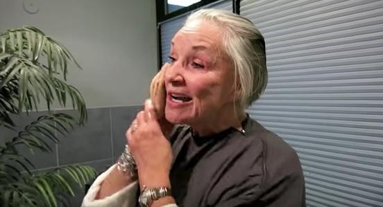 quitandose el maquillaje