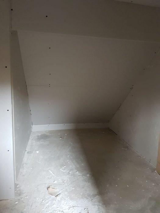 cuarto abajo escaleras