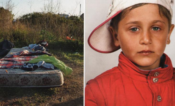 cama en el suelo, niño vestido con chamarra roja y gorra