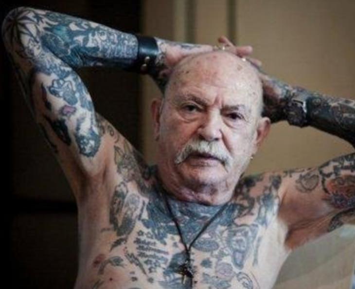 señor mayor con tatuajes