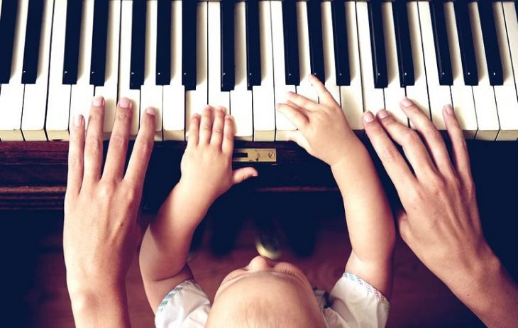 bebe tocando piano