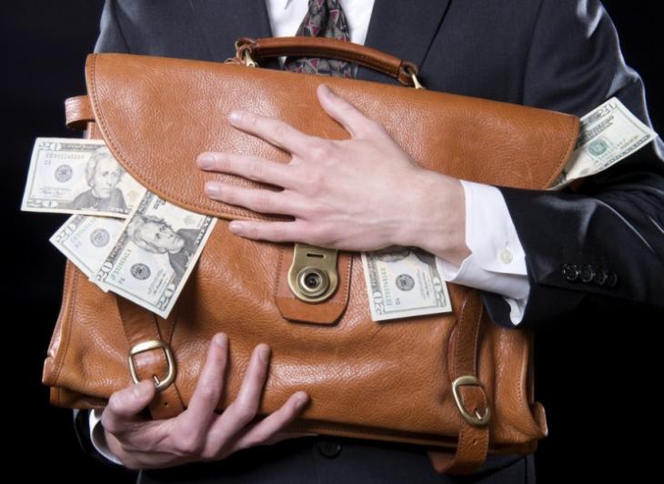 hombre sosteniendo maletin con dinero
