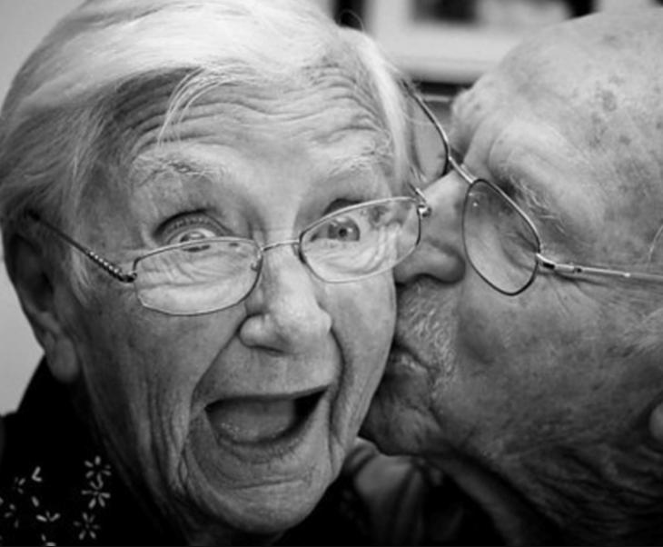 señora mayor sorprendida por su esposo