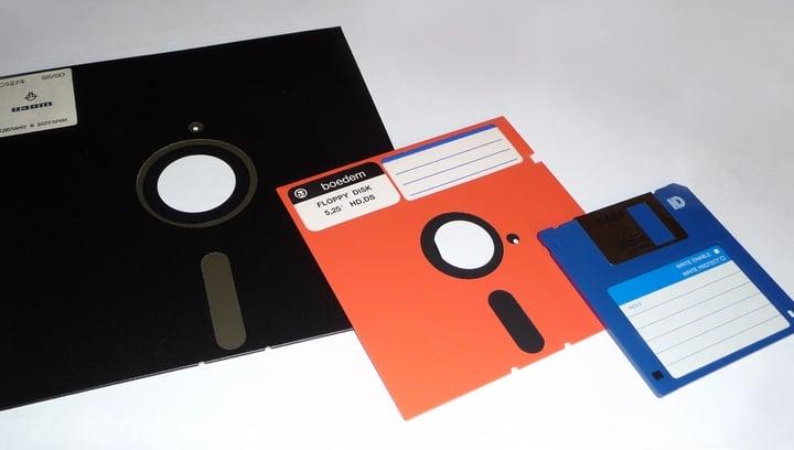 disquetes color negro y rojo