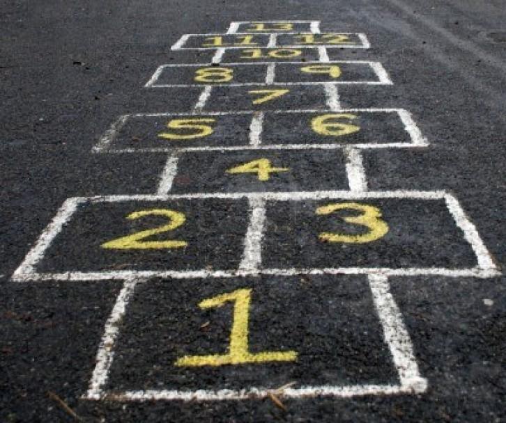 numeros pintados sobre el pavimento