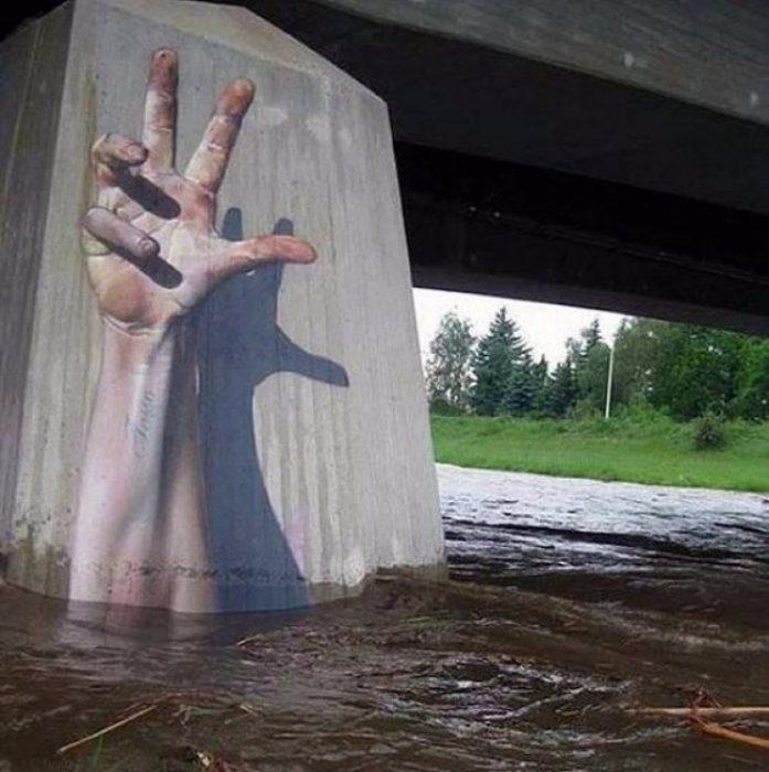 brazo gigante saliendo del agua