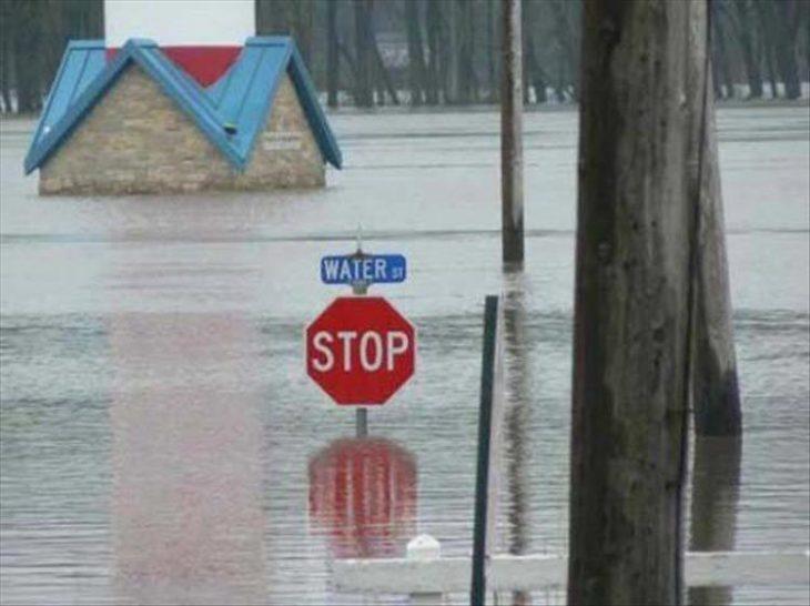inundación y señal de transito