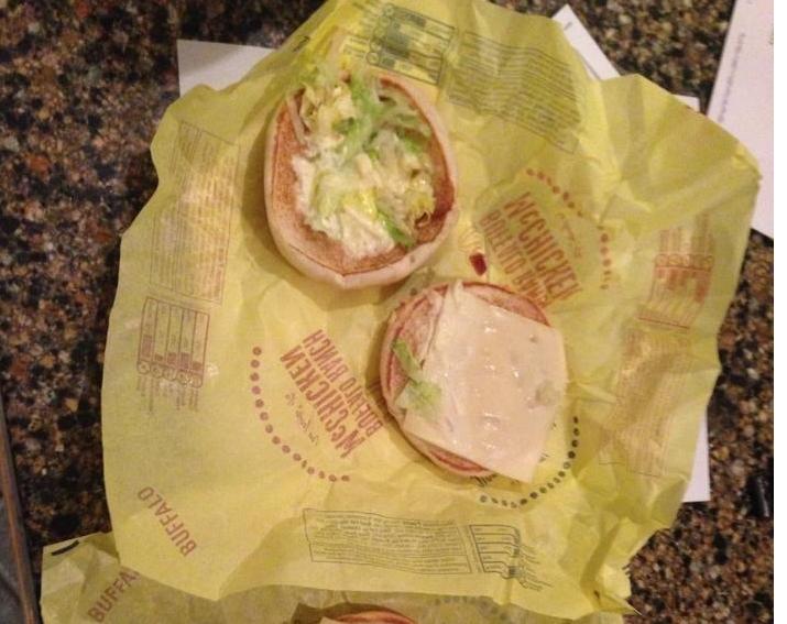 empaque amarillo y hamburgesa sin carne