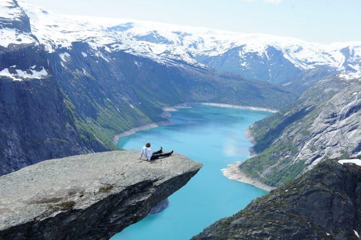 paisaje de lago y montañas en el fondo