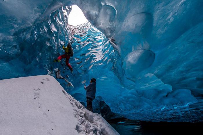 personas escalando en hielo