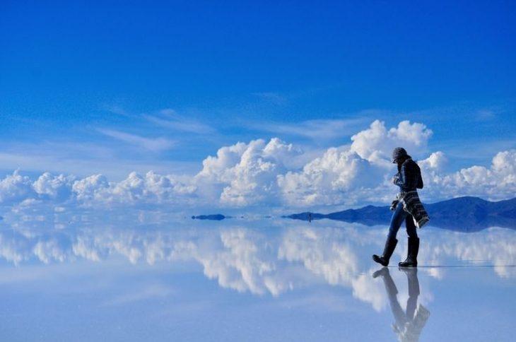pasiaje nuves se reflejan en el suelo
