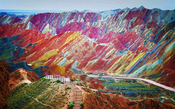 paisaje de montañas de colores