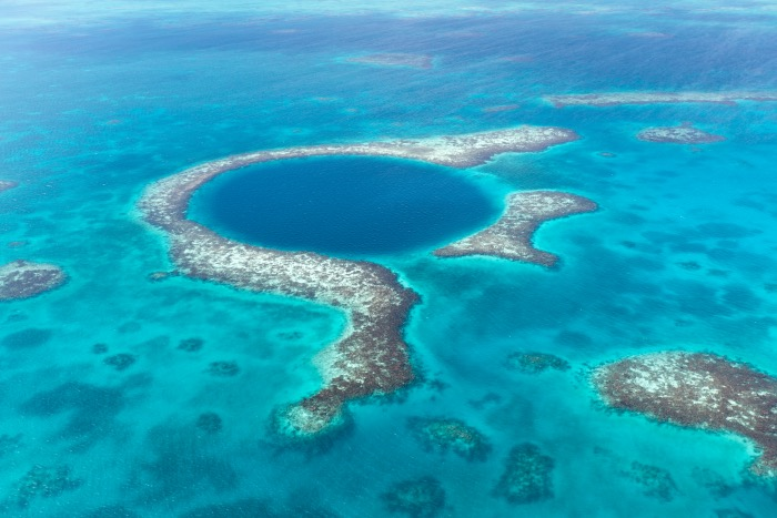 figura circular en el mar de tonalidad azul