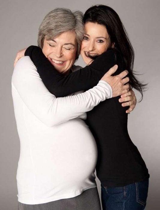 madre e hija comparten bebé
