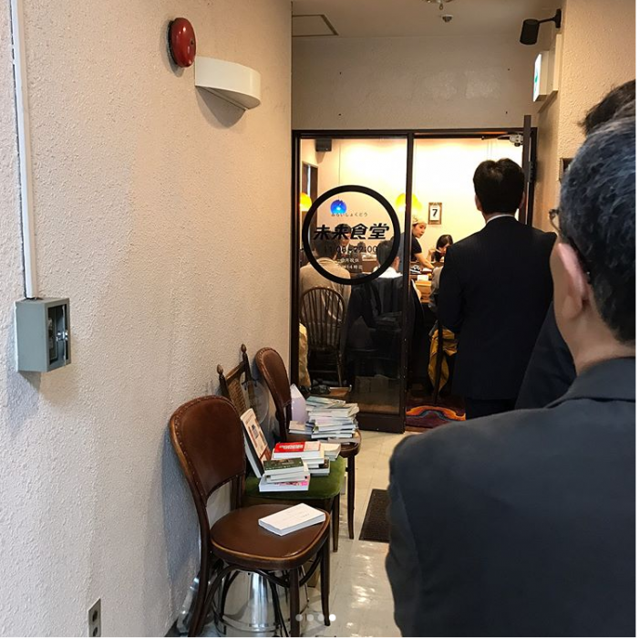 personas esperando entrar a un lugar