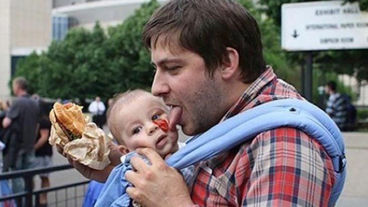 hombre con camisa de a cuadros y un bebe