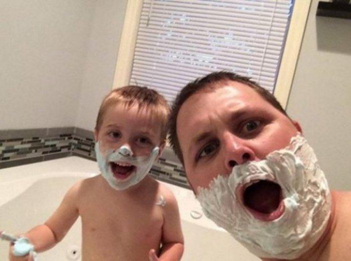 hombre y niño con crema de afeitar en el rostro