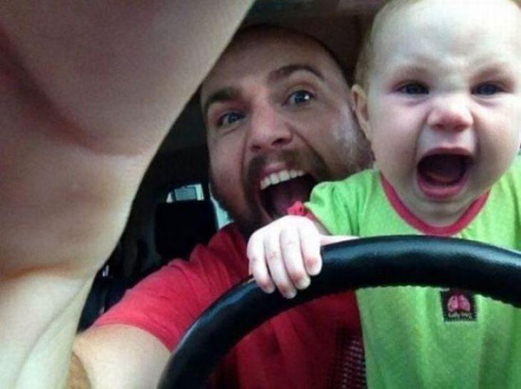 hombre y niño tras el volante gritando
