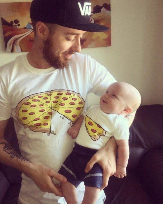 hombre y bebé con playera de pizza