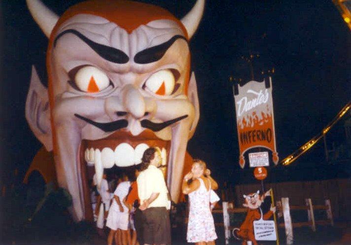 figura de diablo con sonrrisa