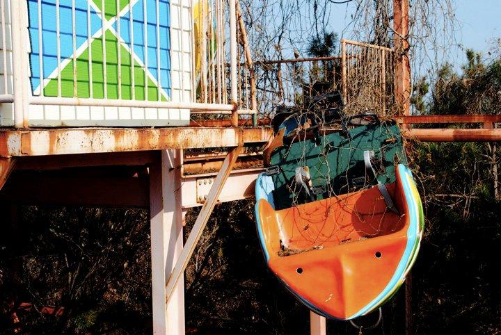 bote color naranja a punto de caer