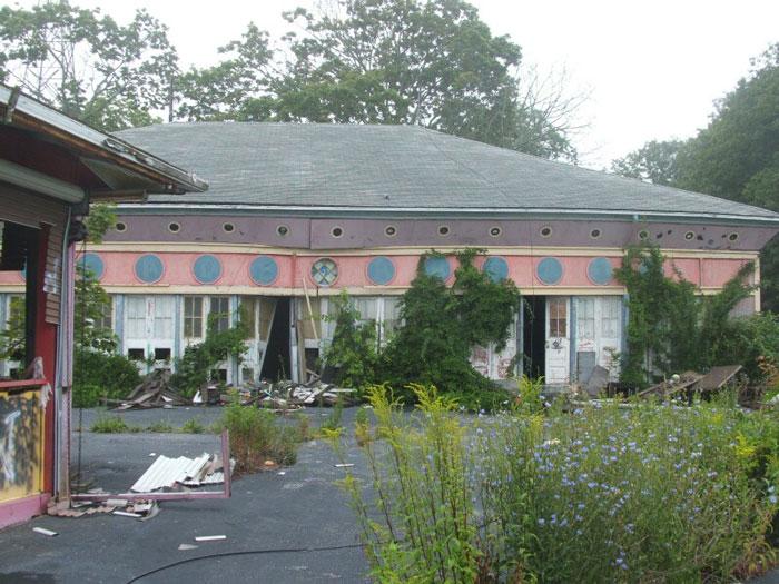 estructura color rosa destruida