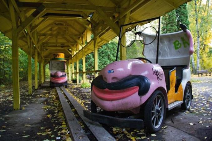 carro con figura graciosa y bigote