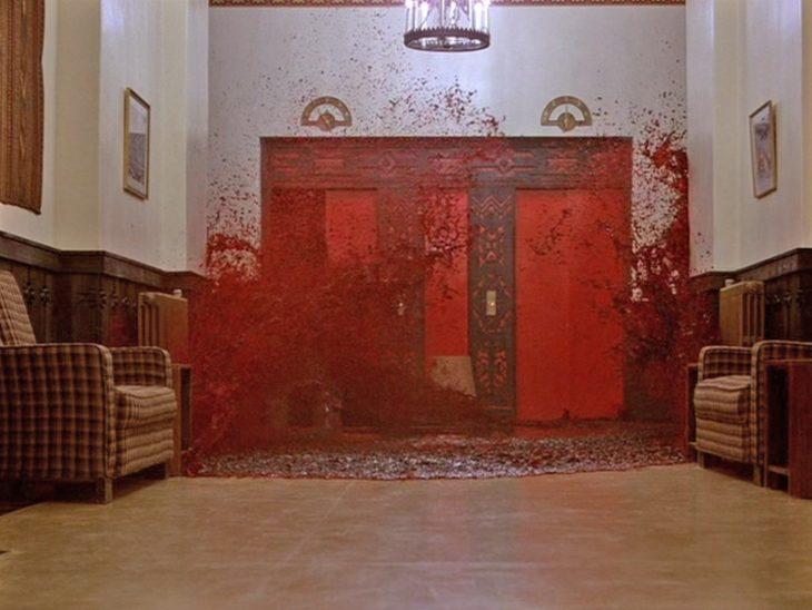 elevador rojo con sangre