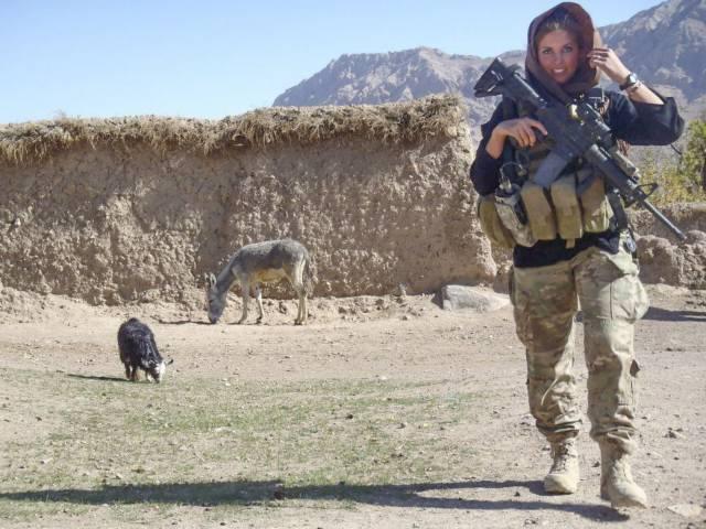 mujer soldado fotogénica