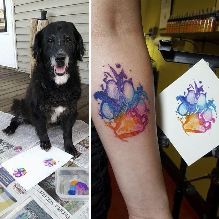perro negro en un lado en el otro huella a colores