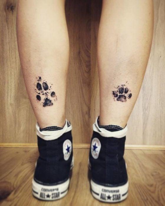 tatuaje en la parte posterior baja de la pierna