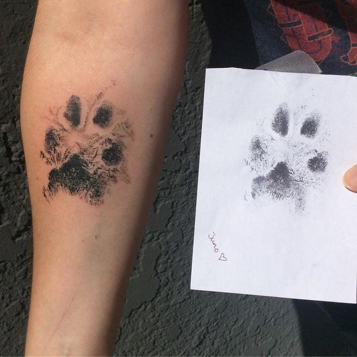 tatuaje en la pierna huella de perro