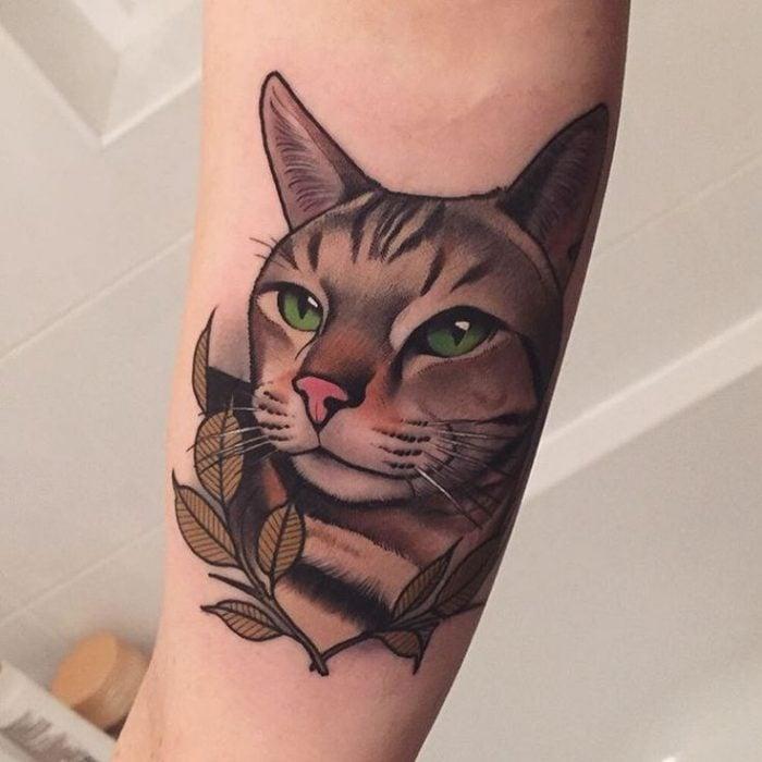 tatuaje de gato en el brazo