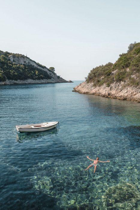 barca en medio de agua