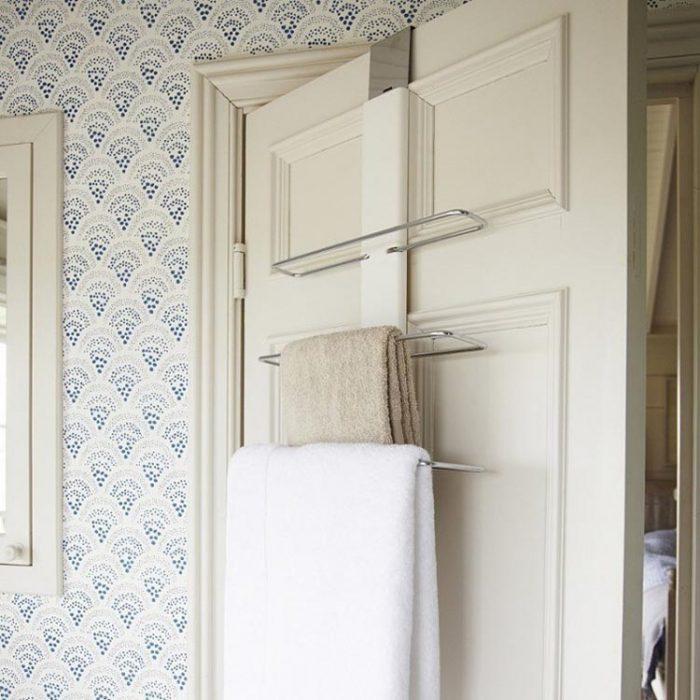 Ideas para espacios pequeños puerta con ganchos para colgar ropa