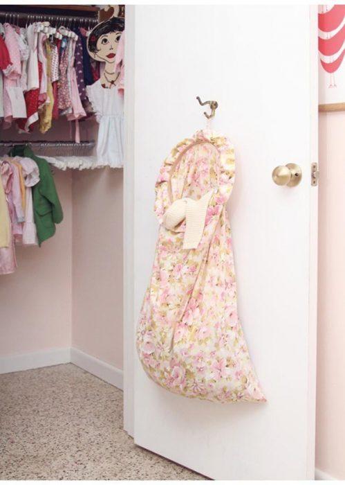Ideas para espacios pequeños bolsa de tela en la puerta para ropa sucia