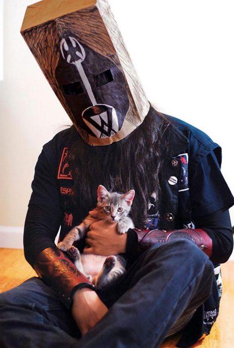 Metalero con bolsa en la cabeza y gatito