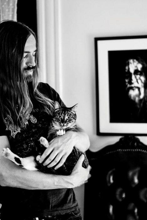 Gato y metalero blanco y negro
