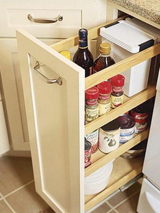 Compartimento en la cocina para organizar especias