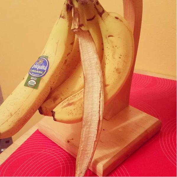 Niño come mal un plátano