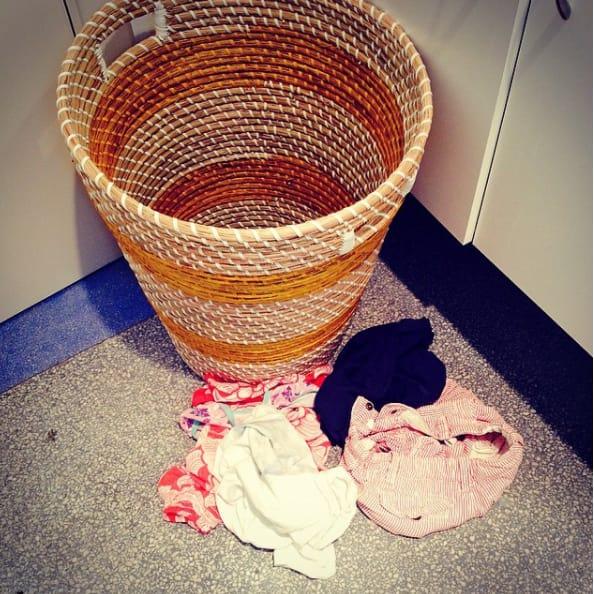 Niño estuvo a punto de poner la ropa en el cesto