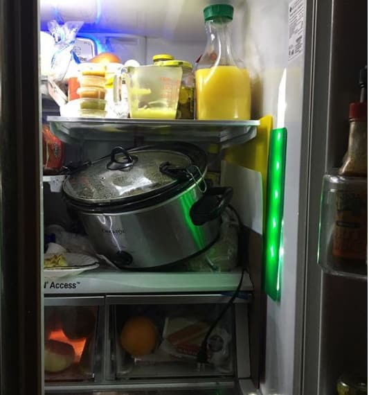 Niño puso olla en el refrigerador