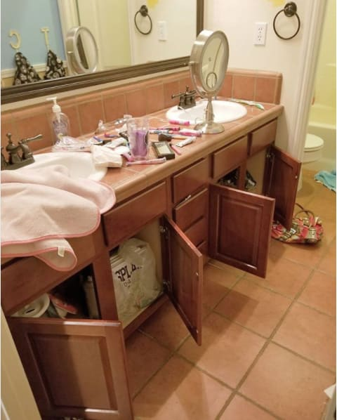 Niño abrió todas las puertas del baño